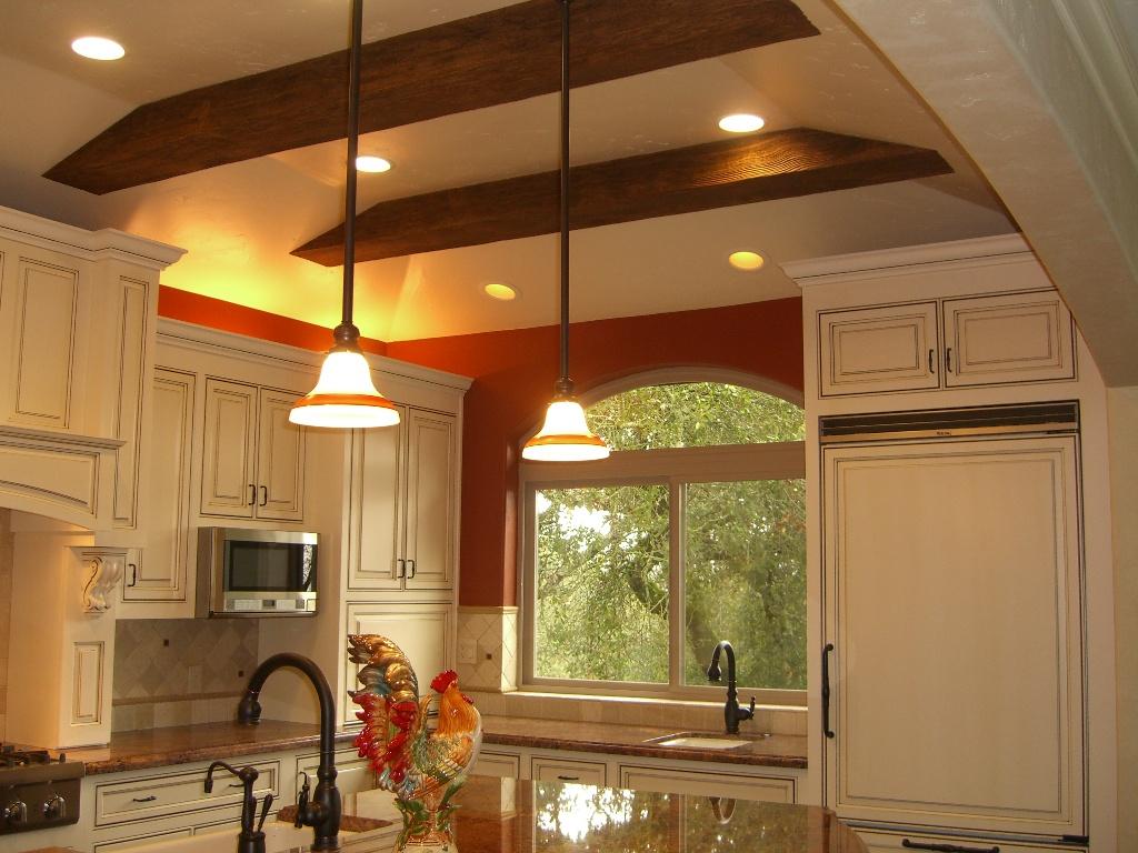 Декор потолка на кухне
