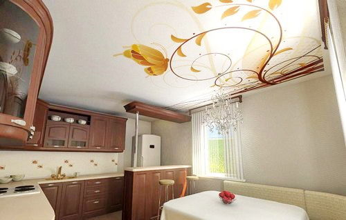 плавная ветвь с бабочкой на матовом потолке