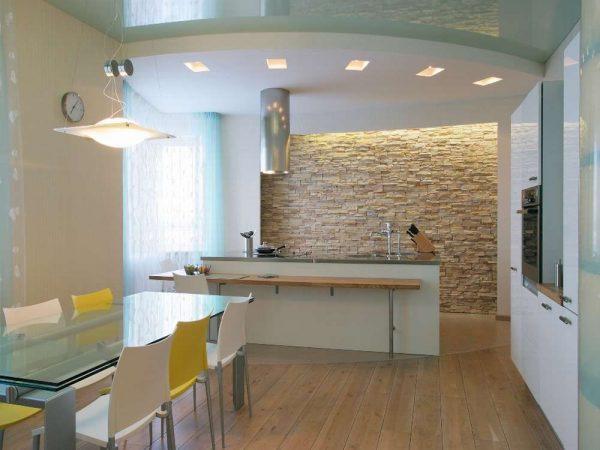 прямоугольные светильники на белом потолке