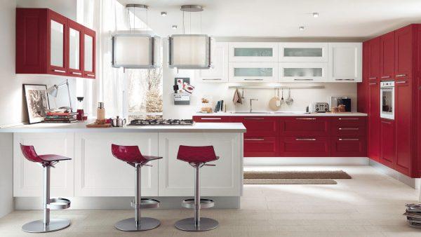 красный гарнитур и стулья на белой кухне