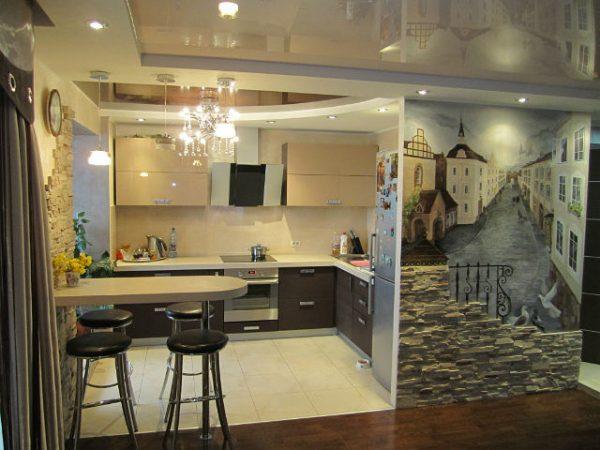 остаток стены кухни украшен картиной во всю высоту