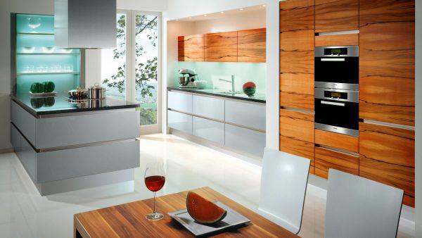 яркий цвет дерева на белой кухне