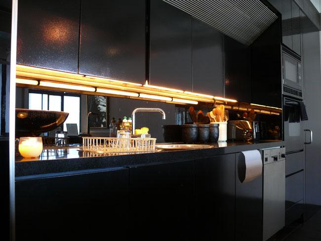 Интерьер черной глянцевой кухни