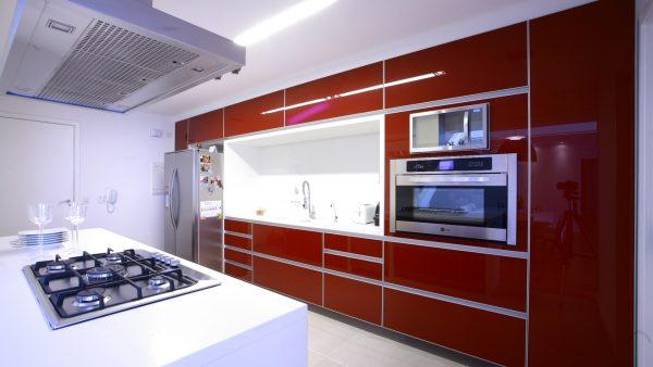красный гарнитур в белой кухне