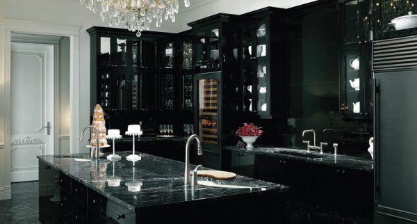 просторная кухня с черным мрамором