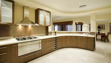теплый коричневый гарнитур между белыми полом и потолком