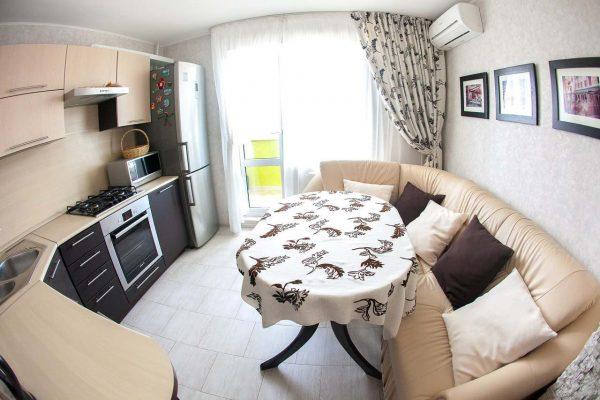 бежевый угловой диван с черными и белыми подушками