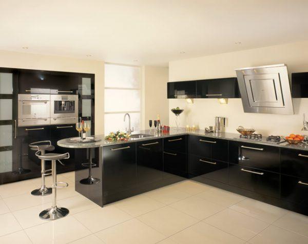 просторная и светлая кухня с черным гарнитуром