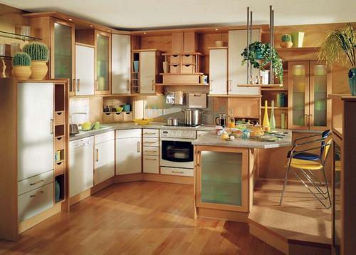 Коричневая кухня с яркой мебелью