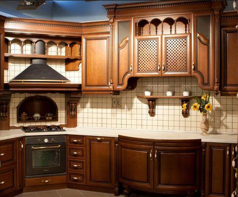 Светлый фартук для коричневой кухни
