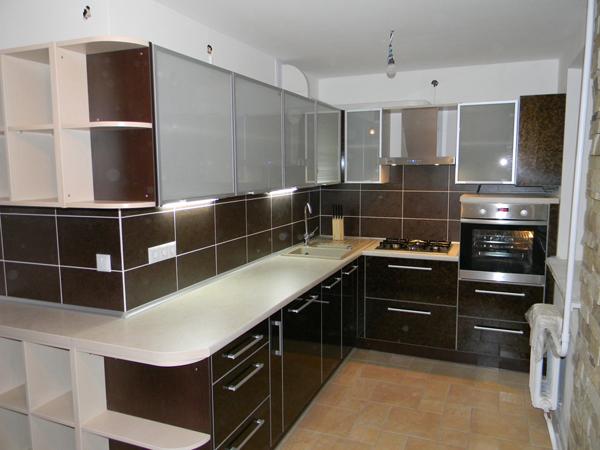 Коричневый кухонный гарнитур с матовыми стёклами