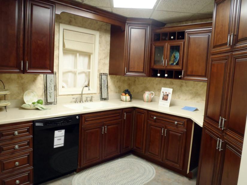 Коричневая кухня в частном доме