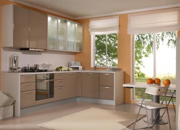Оранжевые стены с коричневым кухонным гарнитуром