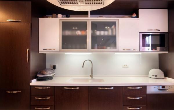 Сочетание коричневого с белым на кухне