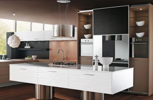 Коричневая кухня со встроенной техникой