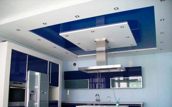 белые и синие квадраты на потолке
