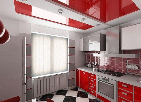 белый корпусный потолок с красными вставками