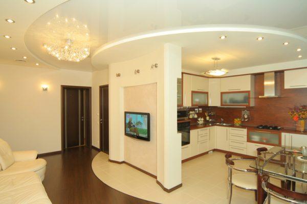 матовые и глянцевые круги проходят через кухню и гостиную