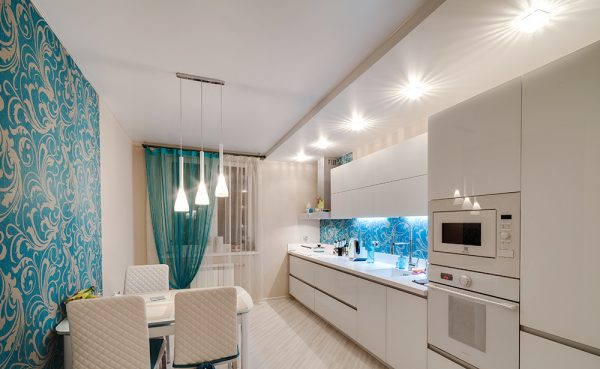 белый матовый потолок с одной ступенью