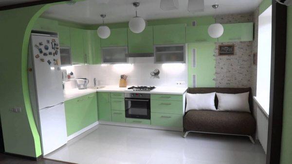 яркая кухня освещена лампами и белым фартуком гарнитура