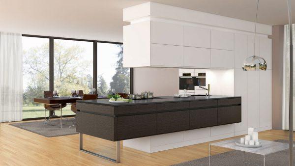 белоснежная перегородка просторной кухни