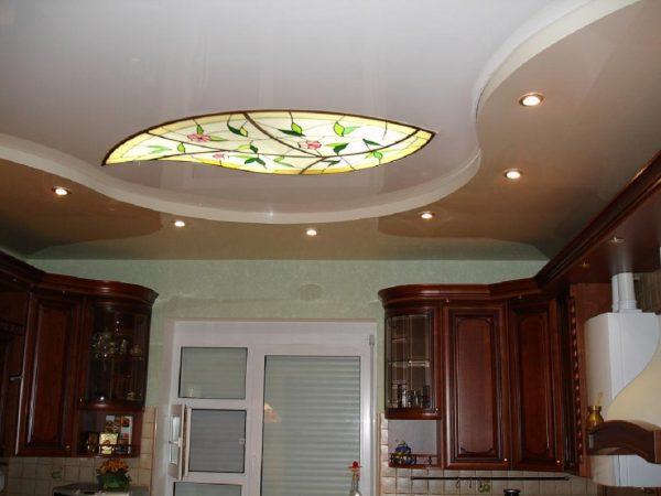 роскошная люстра-витраж на белом потолке