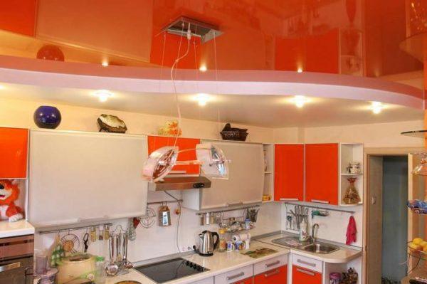 красный глянец отражает всю кухню