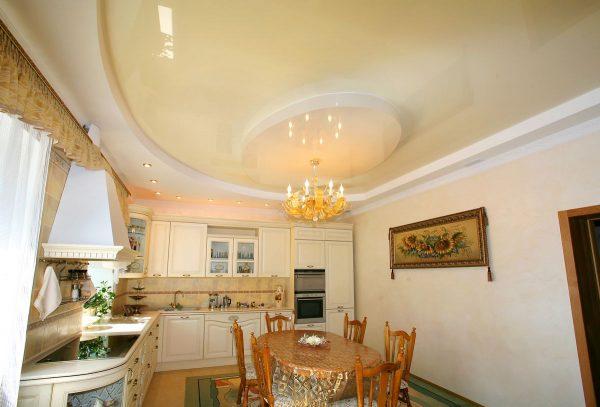 классическая люстра в золоте под белым потолком