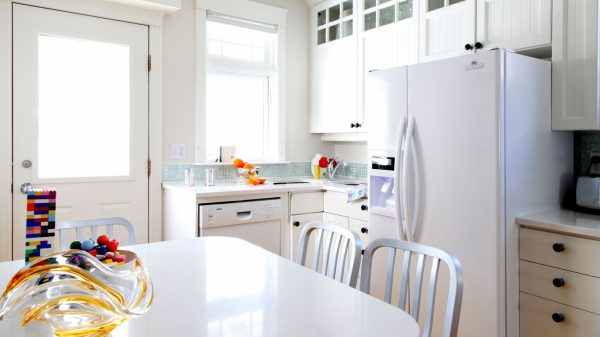 белая кухня и максимум света