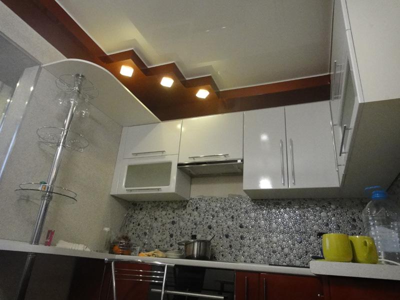 Дизайн натяжных потолков на маленькой кухне