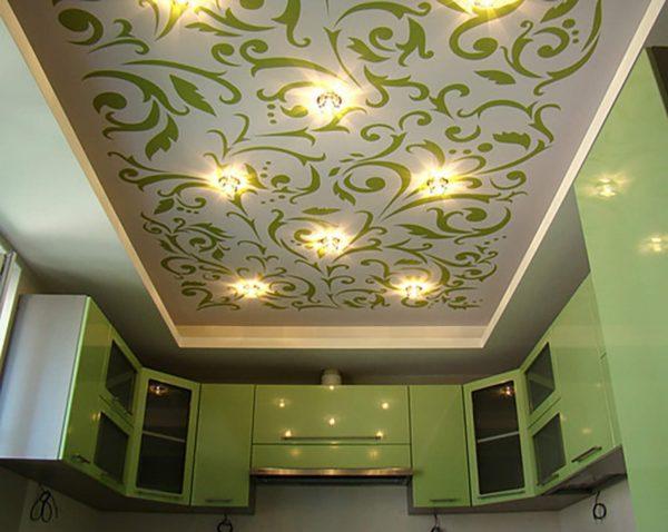 белый потолок с узорами