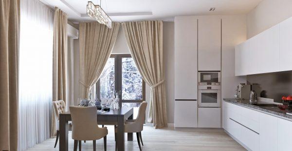 тяжелые шторы на белой кухне