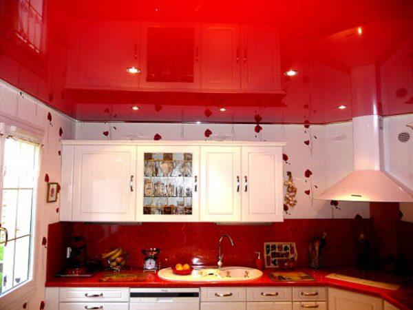 красный глянец потолка под фартук гарнитура