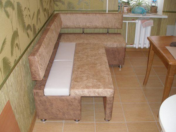 диван со спинкой на металлических стойках