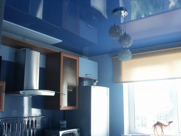 синяя морская гладь потолка