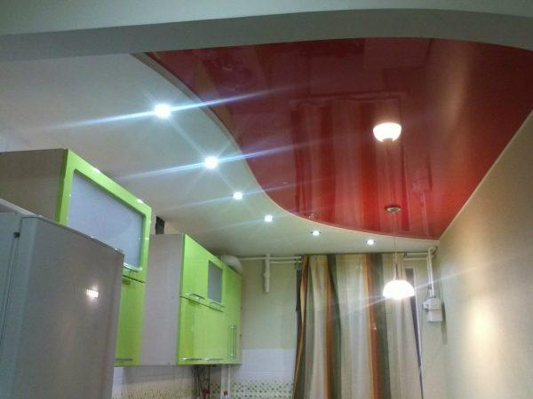 красно-белый зеркальный потолок