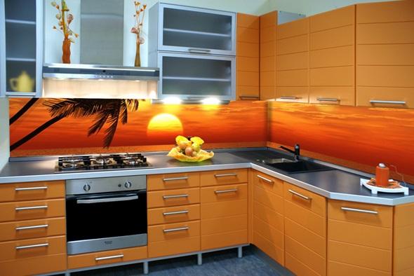 Угловая кухня со стеклянными фасадами