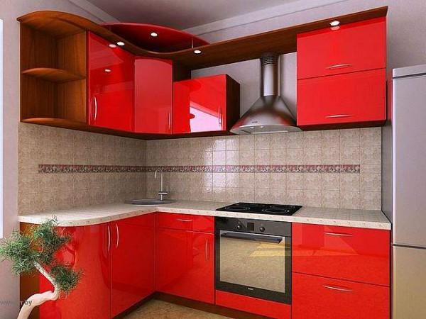 Угловая кухня с красным глянцевым фасадом
