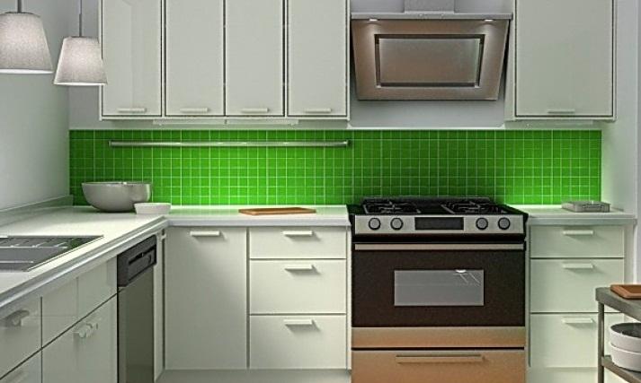 Яркий фартук на угловой кухне