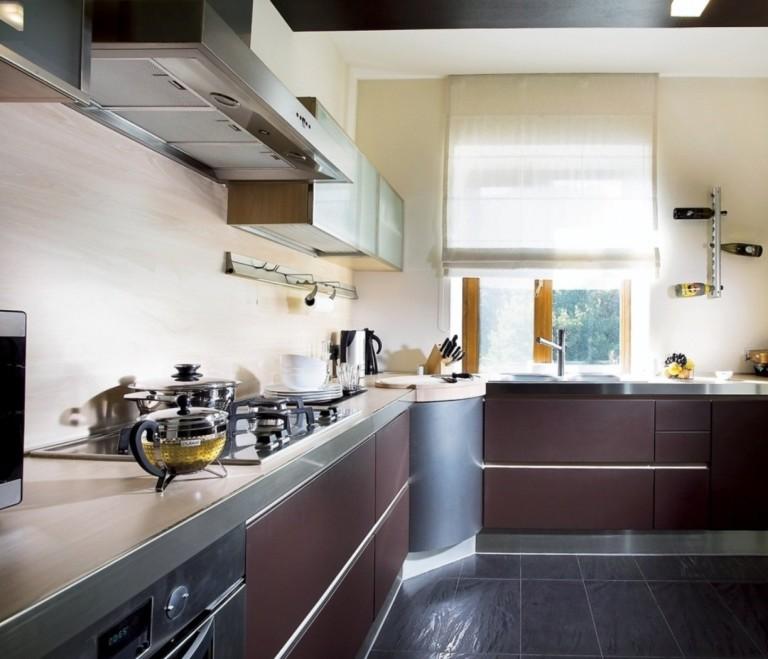 Угловая кухня со встроенным духовым шкафом