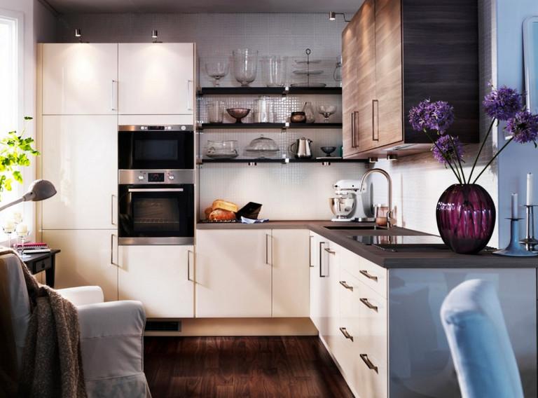 Угловая кухня эконом-класса со встроенной техникой