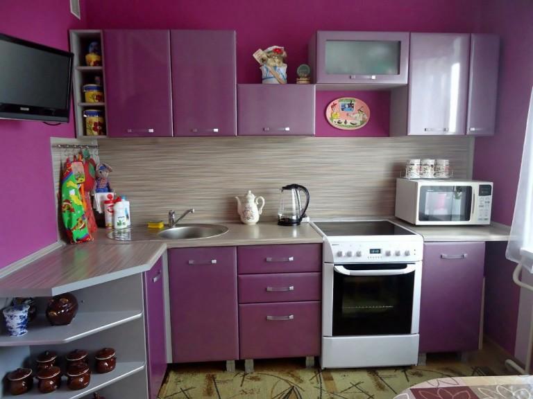Фиолетовая угловая кухня эконом-класса