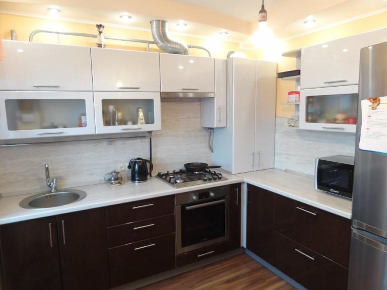 Угловая кухня с двойными шкафчиками
