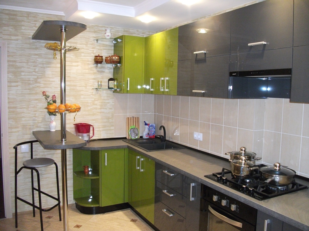 Угловая кухня с отдельно стоящей барной стойкой