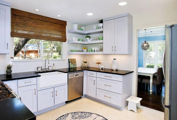 Угловая кухня вокруг окна