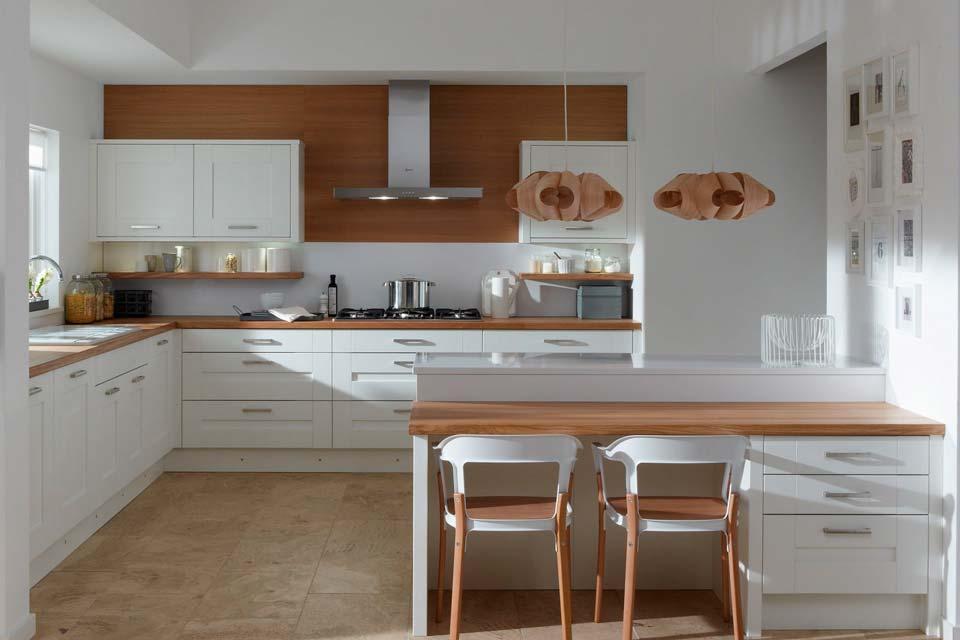 Угловая кухня со светлым фасадом