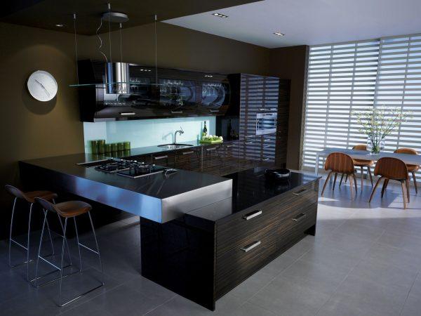 черная кухня с зоной для трапезы