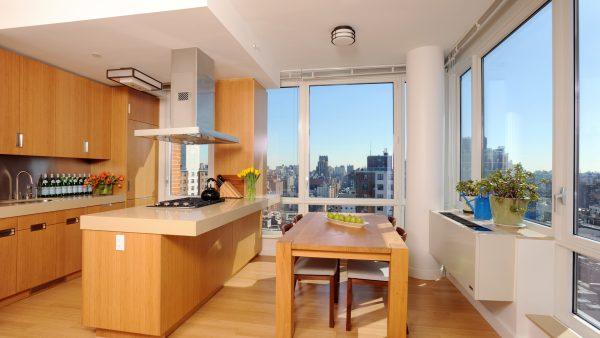 панорамное окно освещает светлую кухнб