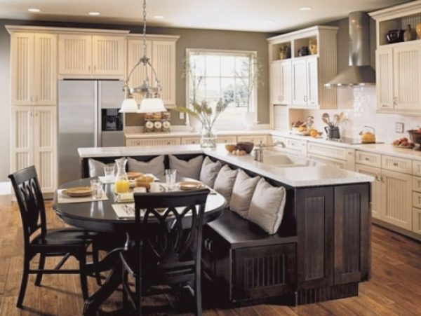 диван-стол в центре кухни