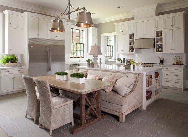 диван на границе кухни и гостиной